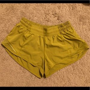 Lululemon hotty hot shorts II size 6 2.5 inch
